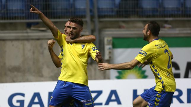 Lolo Plá celebra el gol de la victoria ante el Almería B.