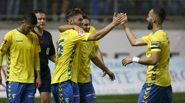 Lolo Plá celebra el gol de la victoria con sus compañeros.