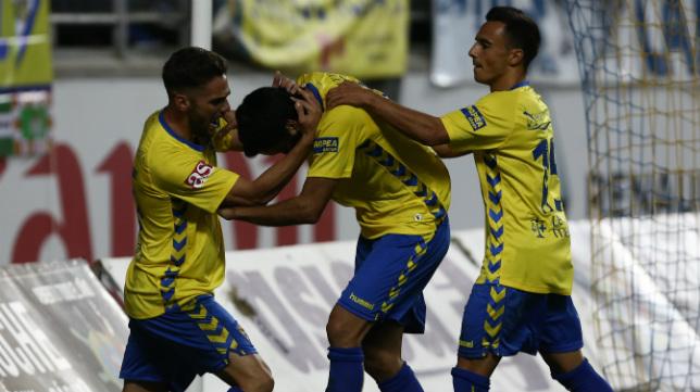 Lolo Plá intenta abrazar a Güiza tras el gol ante la Balona