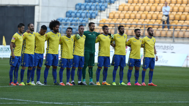 El once del Cádiz CF durante el momento de recuerdo a las víctimas del atentado en Francia.