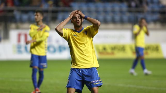 Lolo Plá se lamenta tras una ocasión perdida ante el Almería B.