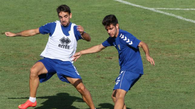 Alberto Quinatana, de azul, en un entrenamiento con el primer equipo.
