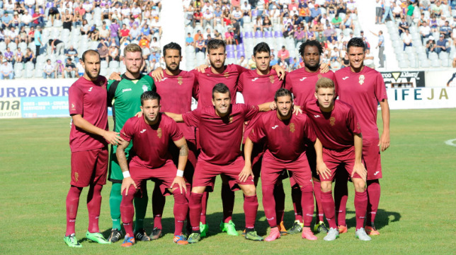 El FC Jumilla (en la imagen en su visita a Jaén) cuenta con una plantilla corta de efectivos