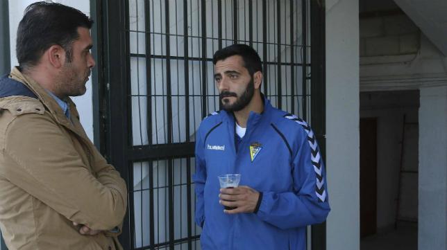 Dani Güiza junto a Enrique en la bocana de vestuarios del José Fouto