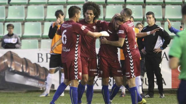 Los jugadores del Cádiz CF celebran el gol de Lolo Plá en Mérida