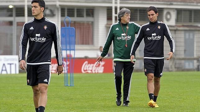 La alineación indebida de Unai García, en la imagen junto al técnico Enrique Martín, daba lugar a la eliminación copera de Osasuna