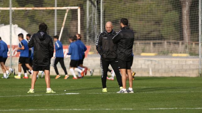 Claudio charla con su ayudante mientras corren sus jugadores.