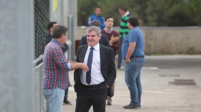 Manuel Vizcaíno charla en El Rosal con el conductor del programa Submarino Amarillo, Hugo Vaca.