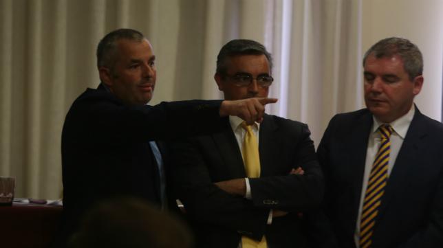Fran Canal señala a un accionista durante una junta en presencia de Sánchez Grimaldi y Vizcaíno.