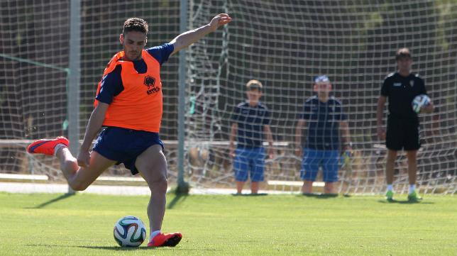 Lolo Plá se dispone a pegarle al balón en un entrenamiento.