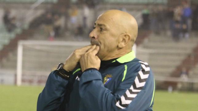Claudio llama a uno de sus jugadores silbando