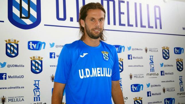 David Sánchez posa con la camiseta del Melilla