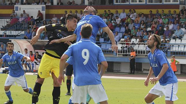 David Sánchez, en un partido contra el Cádiz CF, defendiendo los colores del Melilla.