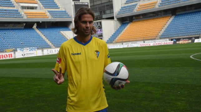 David Sánchez ya posa con la camiseta del Cádiz CF (FOTO: CCF)