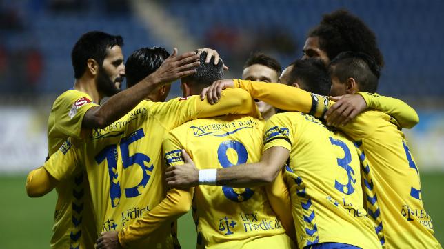 Los futbolistas celebran uno de los cinco goles ante el Jumilla.