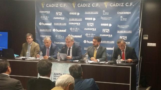 Manuel Vizcaíno preside la Junta de Accionistas del Cádiz CF