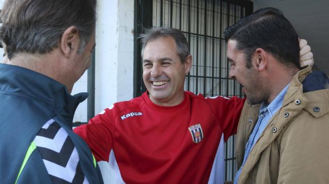 Alcázar saluda a Enrique y a Antonio Fernández Cubero antes del encuentro que el Cádiz CF disputó en el Romano.