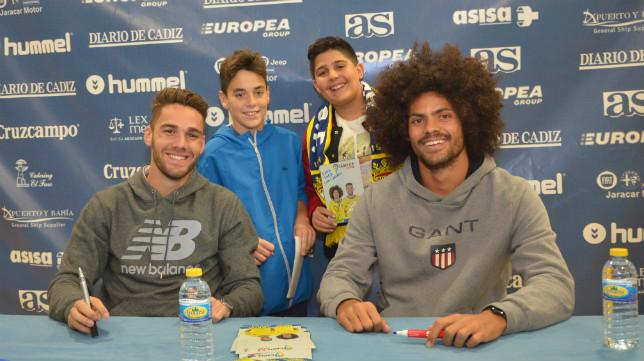 Lolo Plá y Aridane han estado firmando autógrafos esta tarde en la tienda del Cádiz CF.