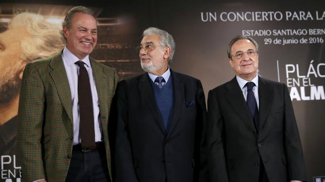 Bertín Osborne y Plácido Domingo acompañaron ayer a Florentino Pérez, presidente del Real Madrid.