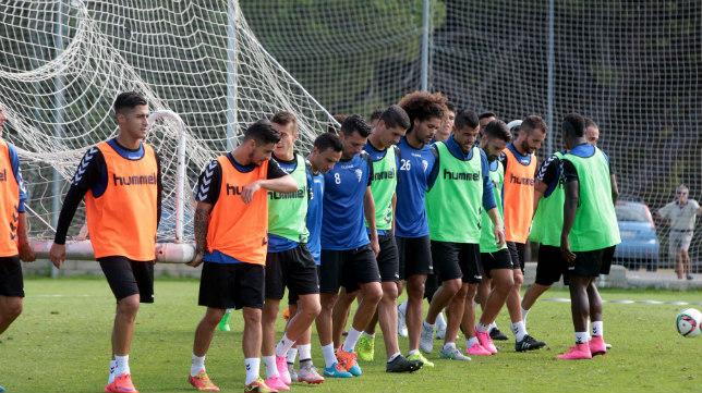 Los jugadores del Cádiz CF trasladan una portería.