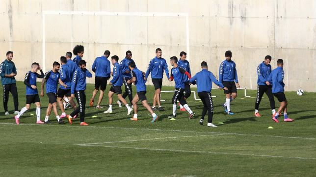 Los jugadores del Cádiz CF se ejercitan en El Rosal.