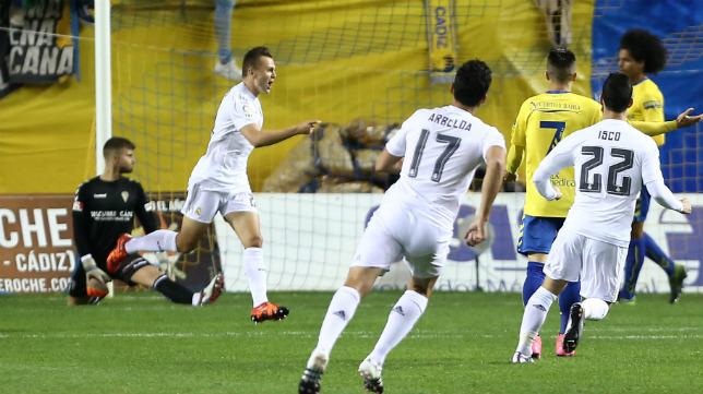 El ruso Denis Cheryshev celebra el primer gol (más que anulado) del Madrid ante el Cádiz CF de Tomás.