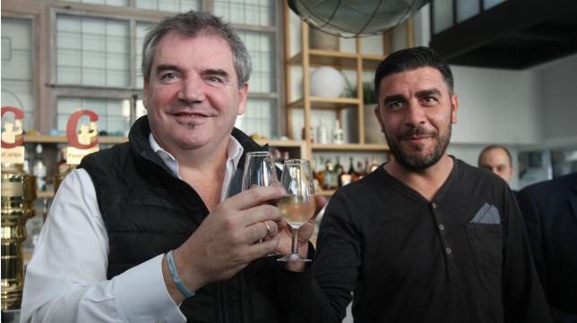 Manolo Vizcaíno y Enrique Ortiz brindaronn por el futuro ascenso del Cádiz.