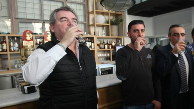 Vizcaíno y Enrique brindan por el nuevo año.