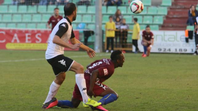 Wilson Cuero, en el suelo, tras recibir un empujón de Paco Borrego.