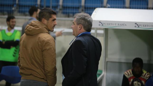 Garrido charla con Vizcaíno antes del partido del Cádiz CF frente al Celta