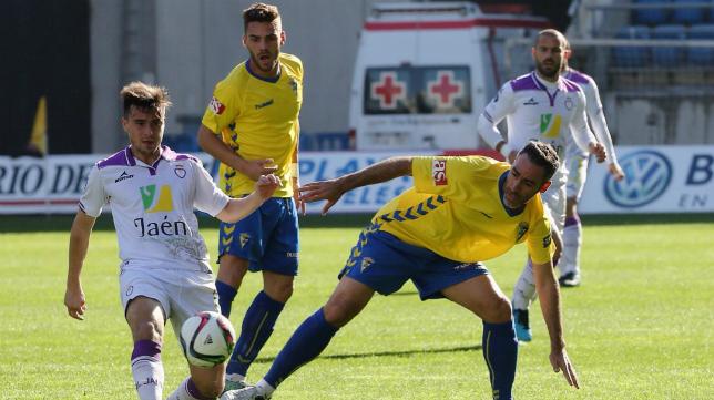 Abel Gómez pelea por un balón