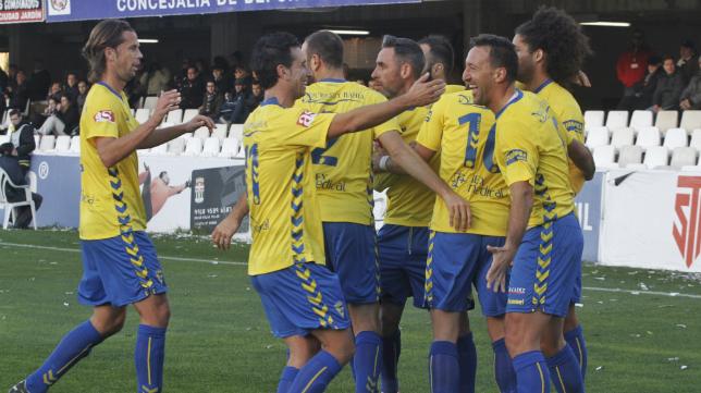Los jugadores celebran el gol de Migue al Cartagena.
