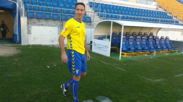 Migue González fue presentado con la camiseta del Cádiz CF