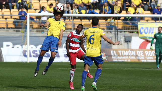Wilson Cuero salta con Aridane en la disputa de un balón.