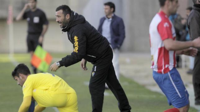 Raúl Agné anima a Kike Márquez, con Manolo Sanlúcar detrás, durante el encuentro de hace dos campañas en el Nuevo Mirador ante el Algeciras.