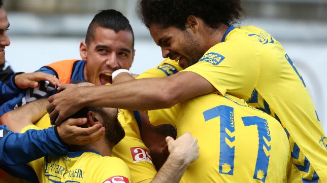 Los jugadores del Cádiz CF celebran uno de los goles marcados al Jaén.