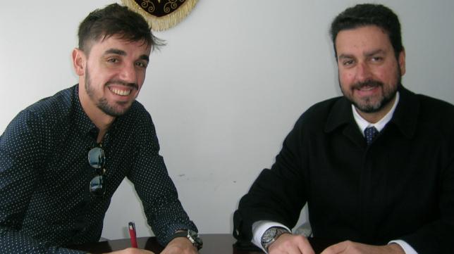 Carlos Calvo, junto al abogado Martín José García Marcihal, firmando su contrato con el Cádiz CF, una imagen que molestó a Pina.