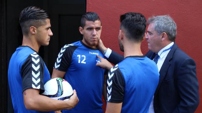 Manuel Vizcaíno habla, antes del partido de Copa ante el Mensajero, con los descartes Kike, Hugo y Josete.
