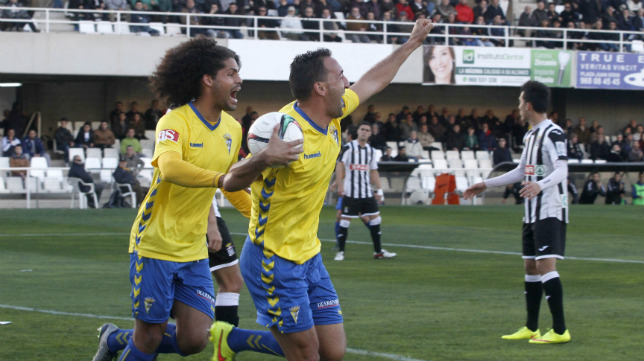 Migue González celebra el gol de la victoria junto a Aridane.