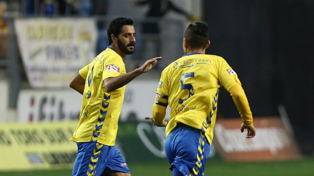 Güiza celebra uno de los goles de ayer con Josete.