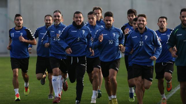 Los futbolistas del Cádiz CF, en un entrenamiento.