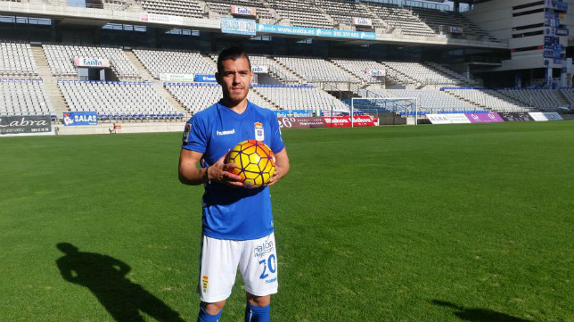 Josete, sobre el césped del Nuevo Carlos Tartiere y con el balón de la LFP en sus manos.