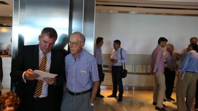 El presidente del Cádiz CF, manuel Vizcaíno, dialoga con un socio del Cádiz CF tras una junta de accionistas.