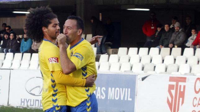 Migue González celebra un gol del Cádiz CF junto a Aridane.