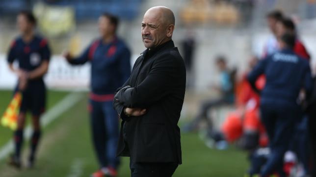 Claudio Barragán observa el partido desde su área técnica.