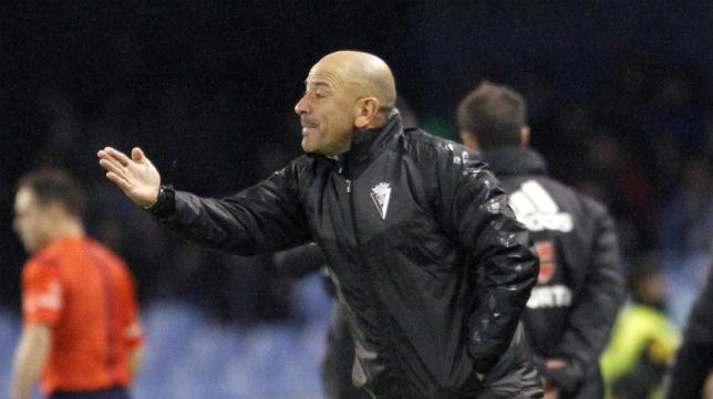 Claudio Barragán, en el área técnica del banquillo visitante de Balaídos.