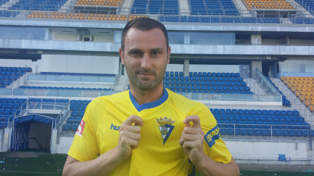 Despotovic posa con la camiseta del Cádiz CF.