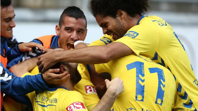 Los futbolistas del Cádiz CF celebran el primer gol, obra de Dani Güiza.