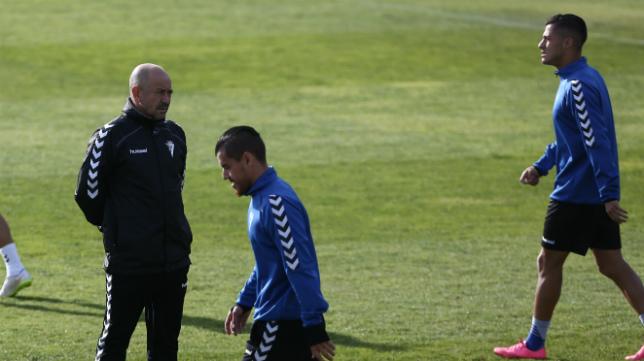 Josete pasa cerca de Claudio en un entrenamiento.