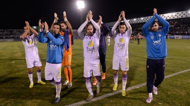 Los futbolistas del Jaén saludan a su afición tras el derbi ante el Linares.